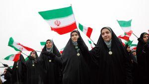 Naisopiskelijat heiluttivat Iranin lippuja Teheranissa islamilaisen vallankumouksen 40-vuotisjuhlan kunniaksi.
