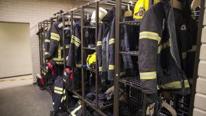 Palomiehen varusteet naulakossa.