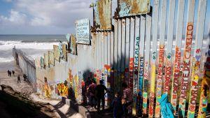 Meksikon ja Yhdysvaltain välinen raja kuvattuna Meksikon Tijuanassa.