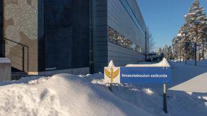 Ilmasotakoulun esikunta -kyltti Aquila-rakennuksen edessä Tikkakoskella