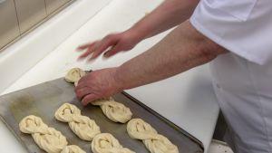 Raahen terästehtaan leipomossa paistetaan päivittäin satoja viinereitä ja munkkeja. Leipomossa tehdään myös leivät, leivokset ja ennakoon tilattavat täytekakut.