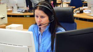 Hätäkeskuspäivystäjä Heidi Ylikraka vastaanottaa hätäpuhelua.