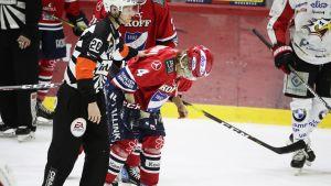 Iikka Kangasniemi loukkaantui Sport-ottelussa.