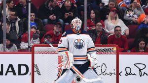 Mikko Koskinen Edmonton Oilersin maalilla.