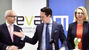 Carl Haglund esitteli  Etlan ja Evan uudet johtajat Aki Kangasharjun ja Emilia Kullaksen tiedotustilaisuudessa Helsingissä.
