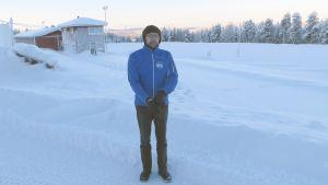 Aavasaksan urheilijoiden puheenjohtaja Matti Salminen Ainiovaaran hiihtostadionilla.