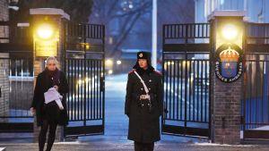 Poliisi vartioi Ruotsin suurlähetystöä Pekingissä.