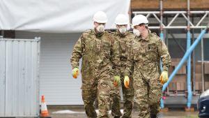 Armeijan edustajat työskentelivät myrkytetyn Sergei Skripalin kodissa Salisburyssa 4. helmikuuta.