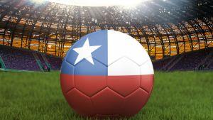 Chilen lippu maalattu isoon jalkapalloon.