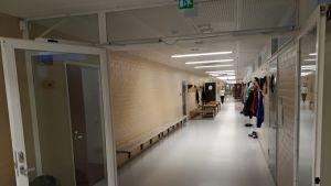 Oxhamnin koulun käytävä.