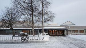 Oxhamnin koulu ulkoa kuvattuna.