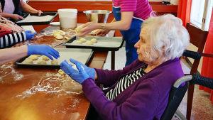 nainen leipoo