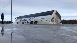 Bussi kyljellään ojassa Vassorintiellä Mustasaaressa.