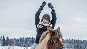 Janina Tiihonen hevosen selässä