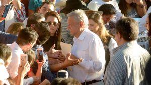 """Meksikon presidentti Andrés Manuel López Obrador korosti, ettei ihmisiä voi leimata asuinpaikkansa perusteella vieraillessaan huumepomo Joaquin """"El Chapo"""" Guzmanin kotiseudulla."""