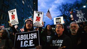 Ihmiset protestoivat presidentti Trumpia vastaan Trump Towerin edessä 15. helmikuuta.