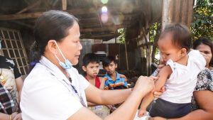 Kätilö Anita Ba'ay kulkee rokottamassa kaikki puolivuotiaasta viiteen vuotiaat lapset Payatasin kaupunginosassa osana lääkintöhallituksen hätärokoteoperaatiota.