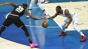 Kevin Durant ja Kemba Walker taistelevat irtopallosta.