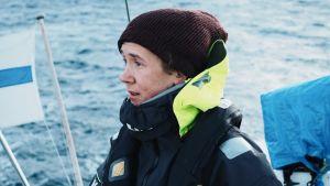 Juho Karhu purjehtii vuorien perässä arktisilla vesillä.