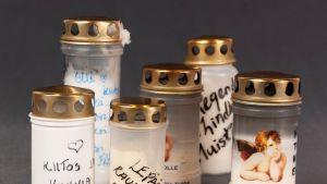 Olli Lindholmin muistoksi Porin torille tuotuja kynttilöitä, joita on tallennettu Satakunnan museon kokoelmiin.