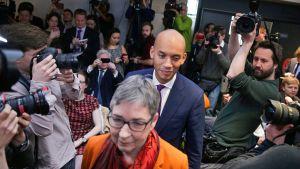 Labour-puoleesta eronneet  Ann Coffey (kesk.) ja Chuka Umunna saapuvat lehdistötilaisuuteen 18. helmikuuta