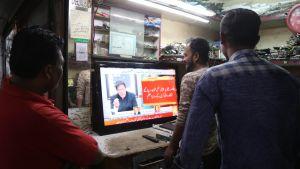 Pääministeri Imran Khanin puhetta katseltiin kiinnostuneena Pakistanin Karachissa tiistaina.
