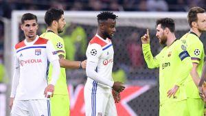Lionel Messi heiluttaa sornea Lyon-pelaajalle.