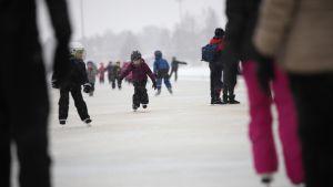 Koululaisluistelijoita Icemarathon radalla