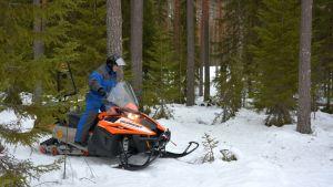 Moottorikelkkailijoiden sihteeri Ari Jurvanen toivottaa moottorikelkkailijat tervetulleeksi testaamaan umpihangessa ajoa Keuruun Tonttumäessä.