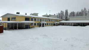 Tyhjä koulun piha.