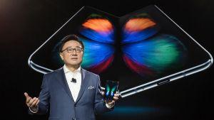DJ Koh esitteli uuden Galaxy-mallin, jonka erikoisuutena on taitettava näyttö.