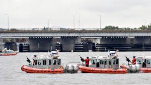 Joukkomurhan suunnittelusta epäilty luutnantti työskenteli rannikkovartiostossa Washingtonissa. Tässä rannikkovartioston veneet harjoittelevat Potomacjoella.