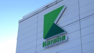 Karelia-ammattikorkeakoulun kyltti rakennuksen seinässä.