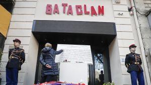 Pariisissa, Bataclan konserttipaikan edessä muistolaatta jossa 2015 tapahtuneiden terrori-iskuissa menehtyneiden nimiä.