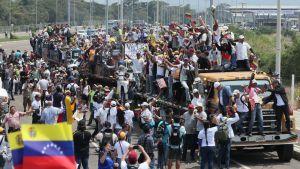 Venezuelalaisia Kolumbian puolella Cúcutassa, mistä avustusrekat lähtivät liikkeekke 23. helmikuuta 2019.
