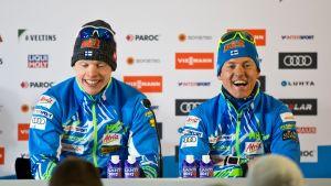 Iivo Niskanen (vas.) ja Sami Jauhojärvi olivat Lahden MM-kisoissa pariviestin pronssimitalistit.
