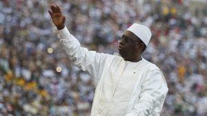 Senegalin presidentti Macky Sall tervehtii kansanjoukkoja.