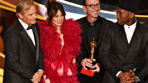 Viggo Mortensen (vas.), Linda Cardellini (toinen vas.) ja Mahershala Ali (oik.) Oscar-gaalassa 24. helmikuuta 2019.