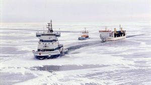 Jäänmurtaja Otso avustaa kauppalaivoja jäissä.