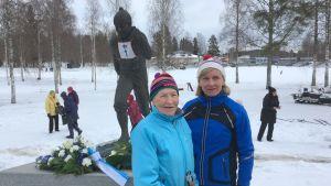 Siiri Rantanen ja Marja-Liisa Kirvesniemi Kalevi Hämäläisen patsaalla.