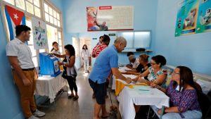 Kuubalaisia antamassa äänensä uudesta perustuslaista Havannassa 24. helmikuuta 2019.
