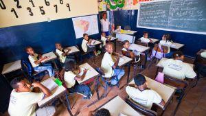 Koululaiset opiskelevat alakoulussa Cachoeirassa, Brasiliassa.