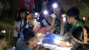 Pelastustyöntekijät kantoivat loukkaantunutta miestä ulos romahtaneesta kaivoksesta Sulawesin saarella 27. helmikuuta.