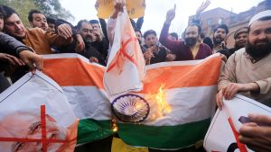 Ihmiset osoittivat mieltään Intian ilmaiskuja vastaan Peshawarissa, Pakistanissa 26. helmikuuta.