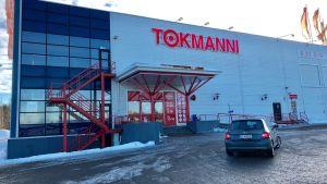 Kuusankosken Tokmanni-tavaratalo suljettiin keskiviikkona kattovaurioiden vuoksi