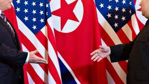 Donald Trump ja Kim Jong-un hieman ennen heidän keskinäistä kädenpuristustaan 27. helmikuuta.