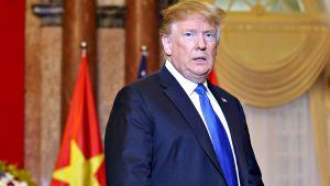Yhdysvaltain presidentti Donald Trump yksin Vietnamin Hanoissa 27. helmikuuta.