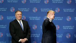 Yhdysvaltain presidentti Trump ja ulkoministeri Pompeo poistumassa lehdistötilaisuudesta.