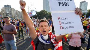 Ulkomailla asuvat romanialaiset osoittivat elokuussa mieltään Romanian hallitsevaa sosiaalidemokraattista puoluetta ja korruptiota vastaan.