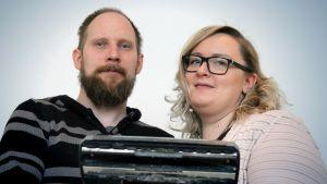 Tomppa Ojava ja Tanja Rongas imurin kanssa